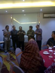 Nyanyi  bersama Rektor dan PR UNS
