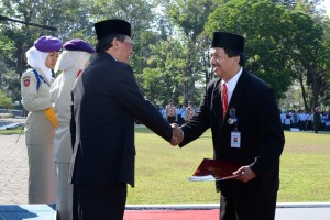 Bersalaman dengan Rektor