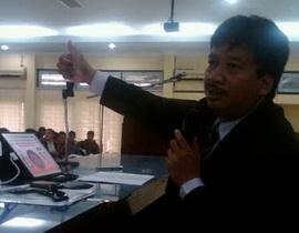 Mas Prof Jamal.. In action di dpn mhs Hkm Unesa..